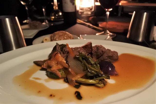 画像: 牛肉がゴロゴロとはいった、ボリュームあるワイルドディナー!! 地元産のワインと共に!