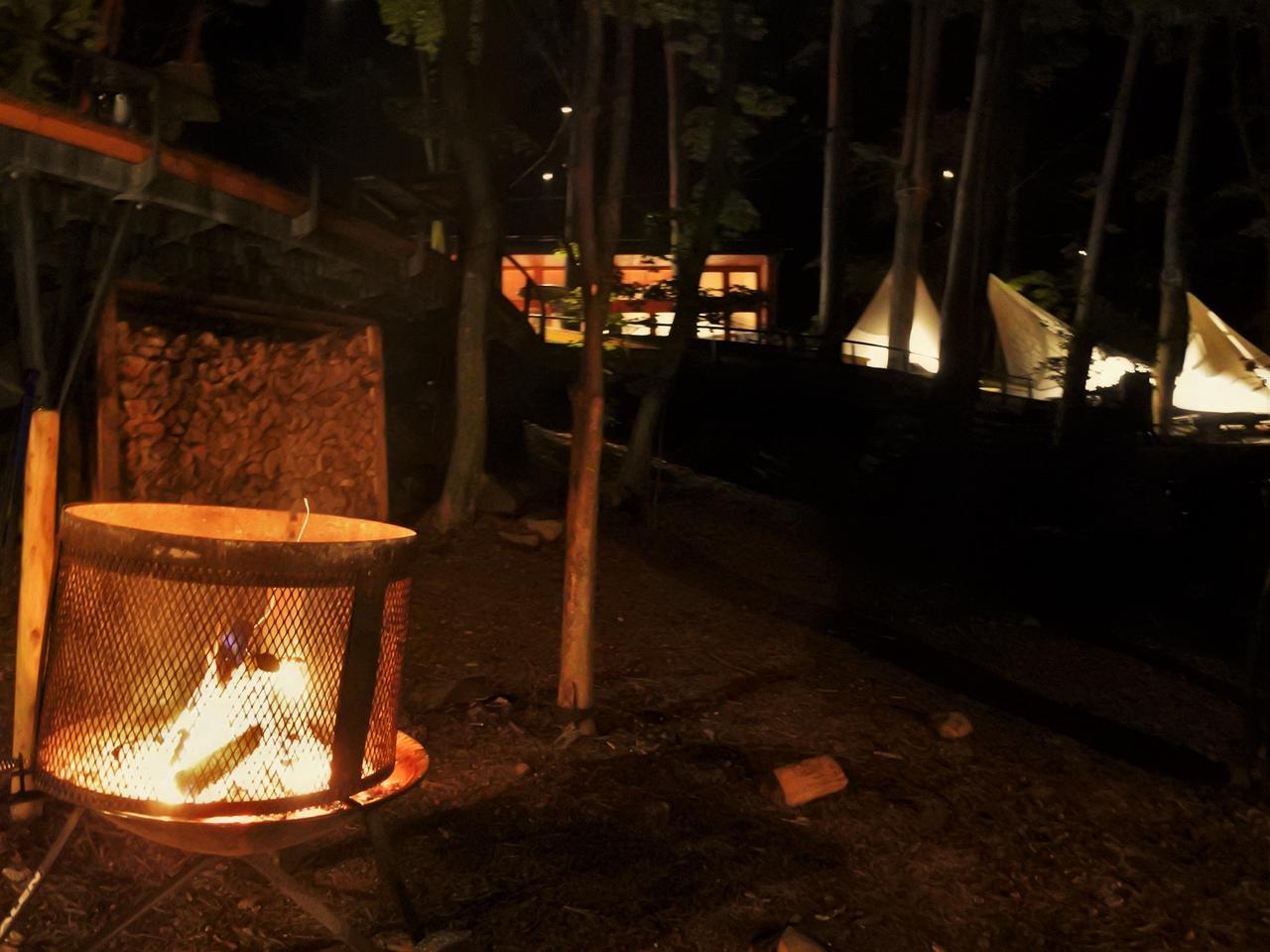 画像: 辺りはすっかりと闇に落ち、篝火が灯る