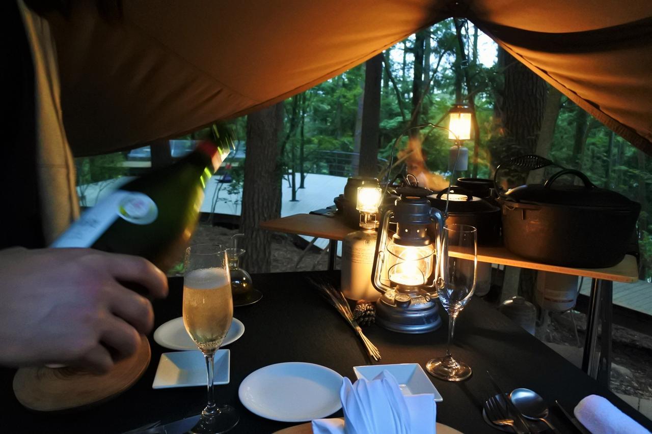 画像: 甲州葡萄を樽熟成したほどよい酸味のあるバランスの良いスパークリングワイン。ほのかなオークの香りが、林の宵のディナーにふさわしい。