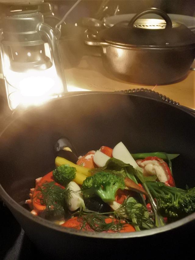 画像: そして、しばらくダッチオーブン調理され、美味しそうな色に仕上がりました。