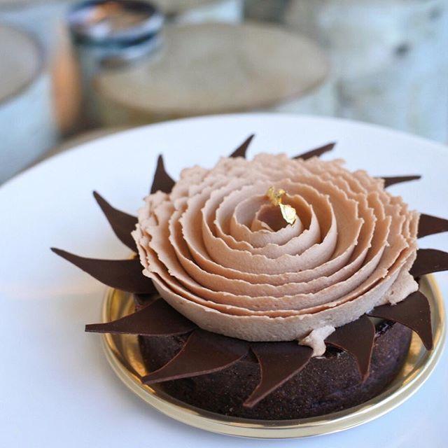 画像: チョコレートタイフーン。 ニューヨークでは「チョコレートトルネード」という名のケーキ。 日本では台風シーズンということで「チョコレートタイフーン」と名付けられた。 この季節、チョコレートケーキって難しいけれど、チョコレートムースと酸味の効いたパイナ ... www.instagram.com