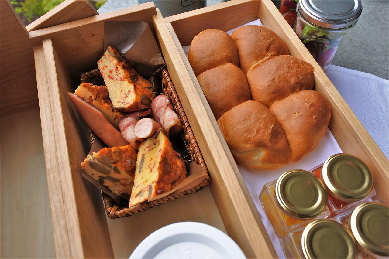 画像: 小瓶にはサラダドレッシング、オムレツやソーセージのトマトソース、ヨーグルト用のハチミツとジャムが入っている。白いふたの容器はヨーグルト。