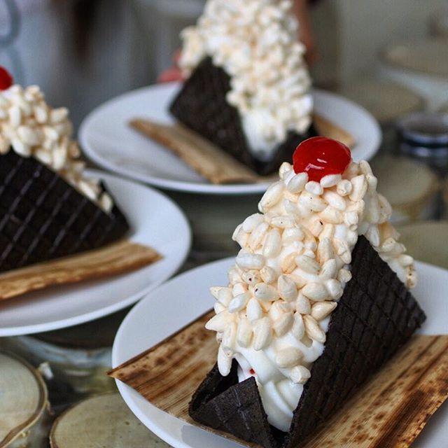 """画像: 「おにぎり」ソフトクリームが本気でうまい! ライスパフで飾った、その名も【Onigiri soft serve】は、白米を炊かずに牛乳と一緒に煮て、ミキサーにかけソフトクリームミックスに混ぜてつくった、いわば""""お米のソフトクリーム""""。そして黒いワッ ... www.instagram.com"""