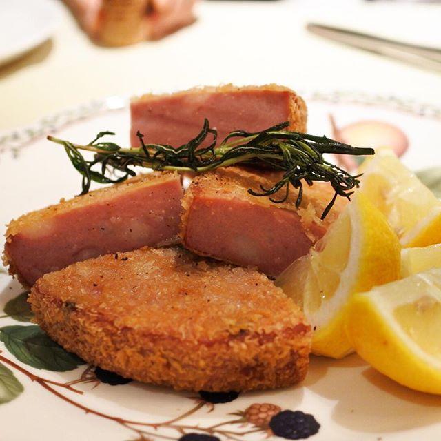 画像: 銀座から赤坂に移転オープンしたクリオーザの「モルタデッラのカツレツ」。 惣菜的にいうなら極厚のハムカツですw!いわゆるボローニャソーセージの塩気がそのまま調味料となり、とても美味しい! 薄くパン粉を整形しミラノ風肉厚カツレツともいえる。レモンを添え ... www.instagram.com