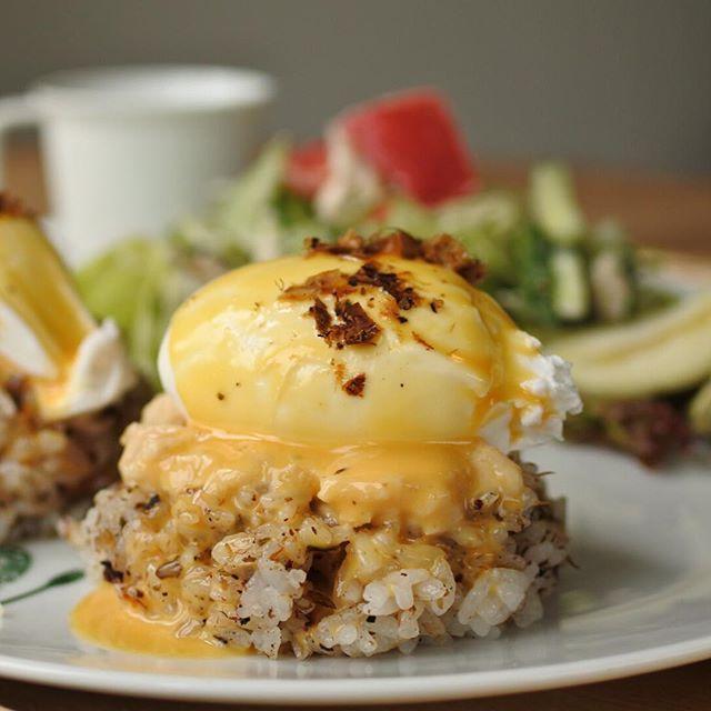 画像: 養鶏屋さん直営のケーキ屋 fel egg のカフェ「フェルの台所」でランチ。 エッグベネディクトは おかかゴハンに切り干し大根のヨーグルト漬け、オランデーズソースで!洋風半熟玉子かけごはんとも呼べる美味しさ!! #アメージングうめーじんぐ #ライス ... www.instagram.com