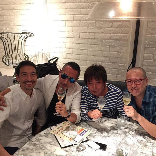 画像: 博多天神16時の #ディーンアンドデルーカ (笑)日本で一番デカイ #DEAN&DELUCA らしい。  なにげ DEAN & DELUCA brut が美味しくて盛り上がる(笑) www.instagram.com