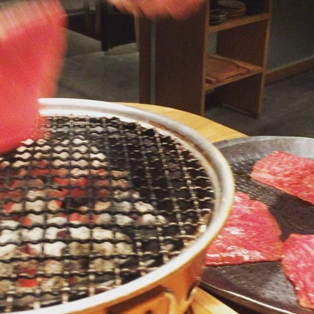 """画像: 焼肉家になることを決意した青年が、名店""""焼肉くにもと""""などで、約7年間の修行の後、食材に恵まれた熊本の地で「焼肉すどう」を開業し、その名が肉好きに轟く。そして、今年5月に、福岡 天神南エリアの春吉に、焼師がテーブルで焼いてくれる、厳選素材の焼肉店を ... www.instagram.com"""