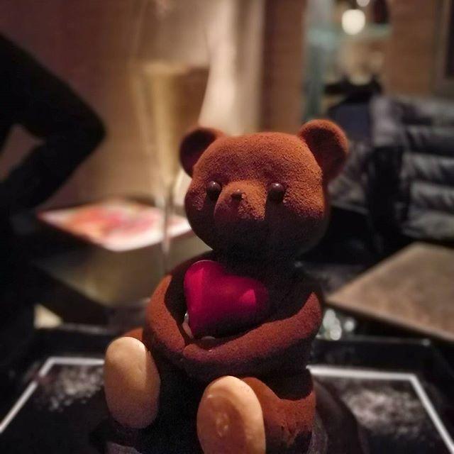 画像: オトコの疲れを癒す、テディベアのショコラノワールとシャンパーニュ。 #夜ケーキ www.instagram.com