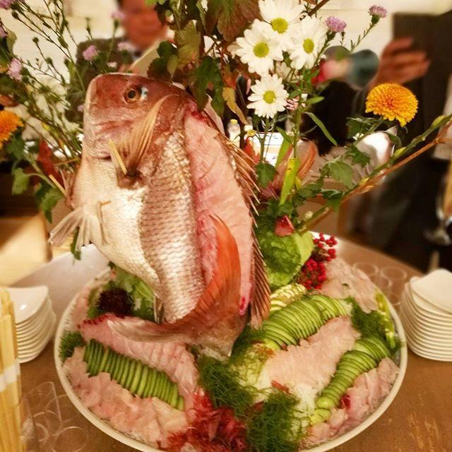 画像: 食の架け橋 高知フェア ディナー に参加。この鯛のおつくりの豪快なこと。海援隊ならぬ #海援鯛 だねw 土佐では当たり前の、ウツボは竜田揚げでいただきました~ www.instagram.com