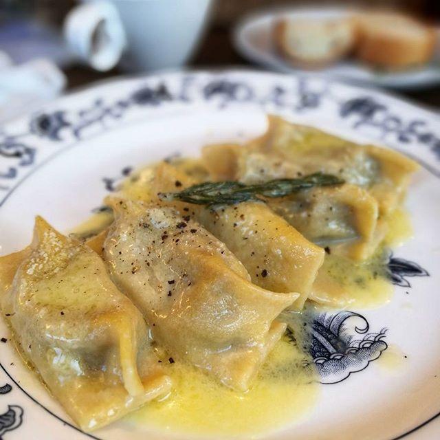 画像: #赤坂 の本格 #イタリアン #クリオーザ の #パスタ ! #トスカーナ の #ラビオリ料理 #ゴッパ 。 まるでイタリアン #水餃子 。 #イベリコ豚 のほほ肉を煮込んでほぐした餡はペーストみたいにトロトロ! バターとチーズ、トリュフオイルをま ... www.instagram.com