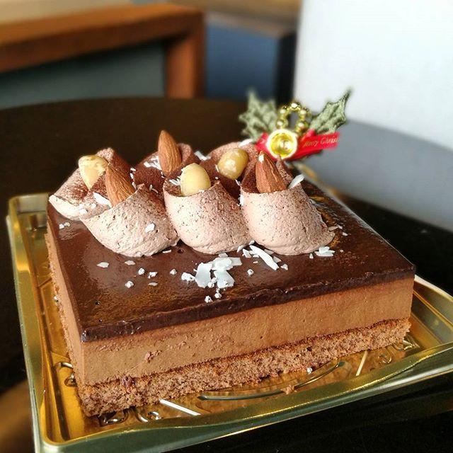 画像: #ガトーショコラ の最高峰と謳われる #ケンズカフェ東京 が #ファミリーマート #サークルkサンクス の#クリスマスケーキ とコラボレーション。「クリスマスショコラケーキ」は、贅沢にも #ヴァローナ の #クーベルチュール を使用した、パティスリ ... www.instagram.com