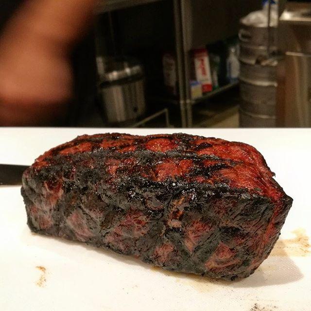 画像: 11/29 #いい肉の日 #ジョスパー でグリルした #石垣牛 の #トップサイドステーキ 。いわゆる「うちもも」のステーキ。 グリルとオーブンのいいとこ取りみたいなの調理法で、肉の旨味を逃さず焼きげるから、塊で焼くワイルドな#赤身肉 に最適。燻さ ... www.instagram.com