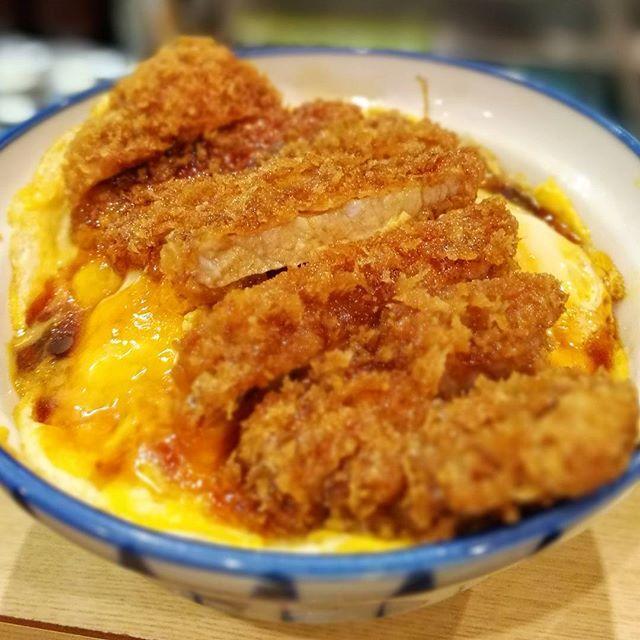 画像: 玉子でとじない、後のせサクサクの#カツ丼 。玉葱もなし。甘辛タレがくせになる。 #かつ丼専門店 www.instagram.com