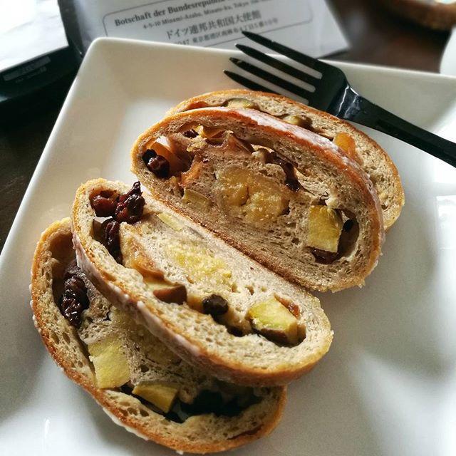 画像: 早いもんで、再来週の今日は#クリスマスイブイブ 。3週間後は#大晦日 だし(^^;)(;^^) #おめざ は #種子島 産の#安納芋 がごろっと入った#シュトーレン 。栗のシュトーレンは見かけるけど、安納芋は珍しい。ほっこりした甘さもとスパイシーな ... www.instagram.com
