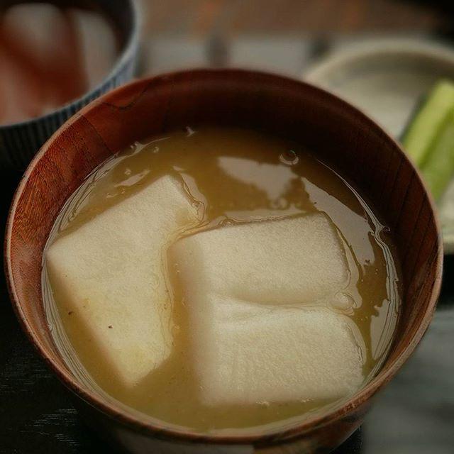 画像: #和栗 の色って洋栗と違い、はしばみ色した淡い加減がよい。そして鬼皮は鳶色。 #栗しるこ しるこは箸で掻きこみながらすすり、餅は箸ですくい、汁を拭いながらいただくのが#大人の嗜み 。匙などは無粋と心得たい。 #中津川 #すや #すや西木 #アメージ ... www.instagram.com