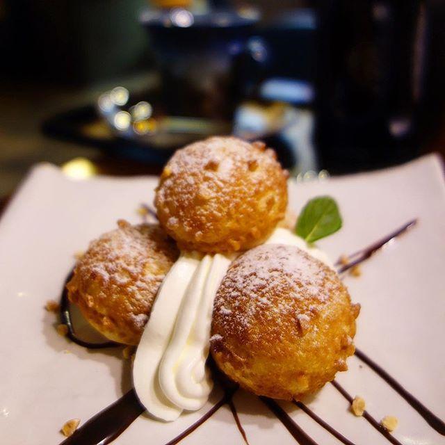 画像: #祇園 #ひつじカフェ の #和三盆シュー  和三盆を使ったクッキー生地シューに、オーダー後にクリームを詰めてくれるので、サクサクで楽しめる。ゴルフボール大のプチシュークリームなので、パクっサクっていう小気味良い美味しさが魅力! 深夜2:00までや ... www.instagram.com