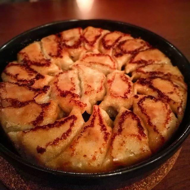 画像: 博多に行く前に、渋谷で食べた#博多鉄鍋餃子 ( ´∀`) パリモチっとしてて、味がしっかりついていて、ゆず胡椒たっぷり混ぜた和風出汁につけ、旨し。早く博多で食べたい(笑) www.instagram.com
