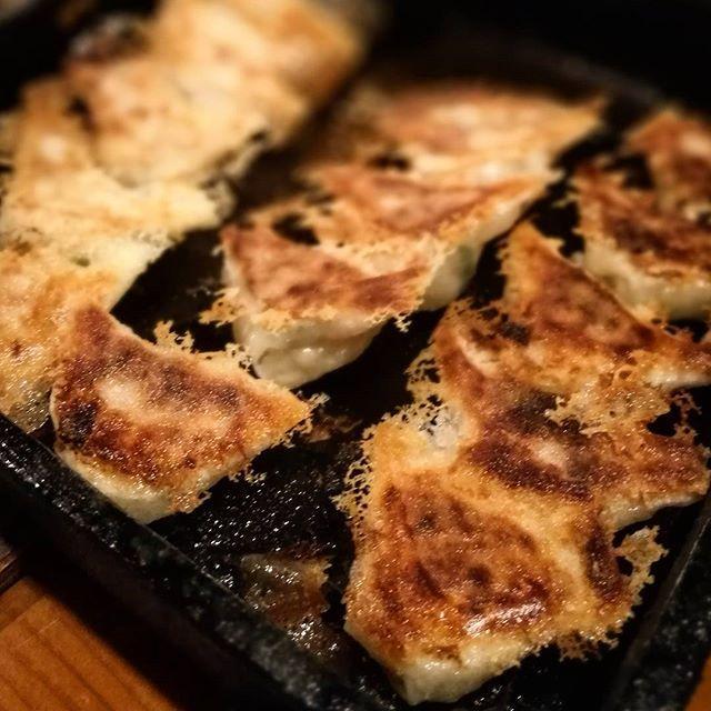 画像: 焼肉前の独り#博多鉄鍋餃子 ! 旨味溢れる肉とプリプリ野菜、魚介のエキスで深みある味わい! 旨い!! #アメージングおすすめーじんぐ  #アメージングうめーじんぐ www.instagram.com