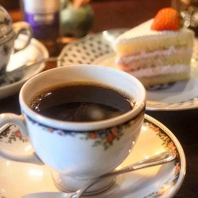 画像: 15時 #鹿児島 のコーヒータイムは、#純喫茶 でショートケーキ。#天文館 の #ライムライト は 客層が素敵! ブレンドコーヒーもしっかりした味わいで俺好み www.instagram.com