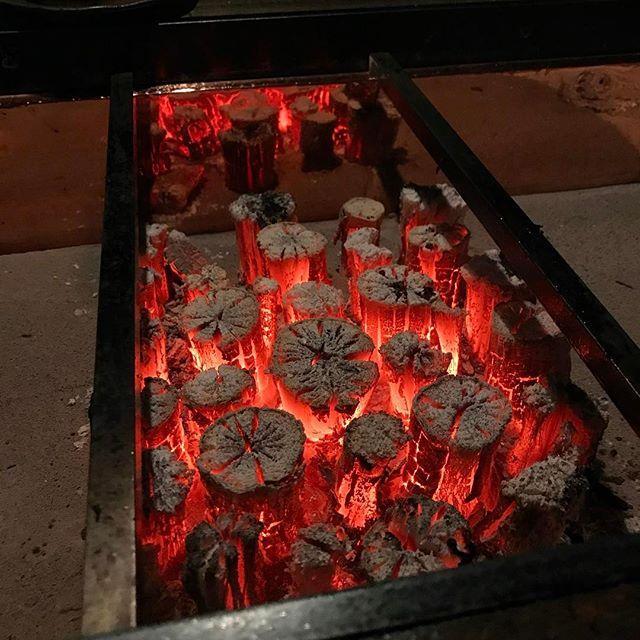 画像: 今夜は #神楽坂 で #囲炉裏 を囲みます! この店、店員さんご焼いてくれるので、ある意味都会の #グランピング #隠れ家 みたいな店 #炭火焼き #都市型バーベキュー www.instagram.com