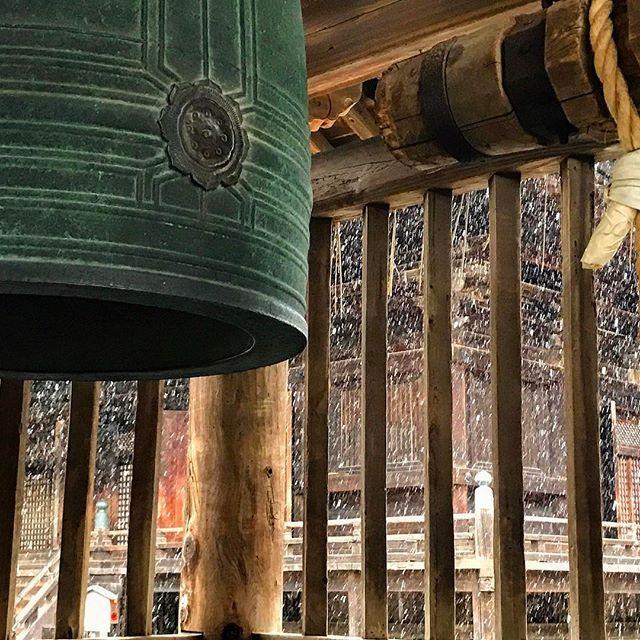 画像: 雪の #三井の晩鐘 と#金堂  #天下の三銘鐘  #三井寺 #園城寺 www.instagram.com