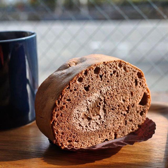 画像: あのスイーツの名店 #スイーツガーデンユウジアジキ で研鑽した 里井達人シェフのお店! アジキ時代の懐かしいケーキが京都の街角にあるなんて不思議。 安食ロール譲りの石窯焼きロールケーキは、チョコレートガナッシュを巻き込んだチョコレートロールケーキケ ... www.instagram.com