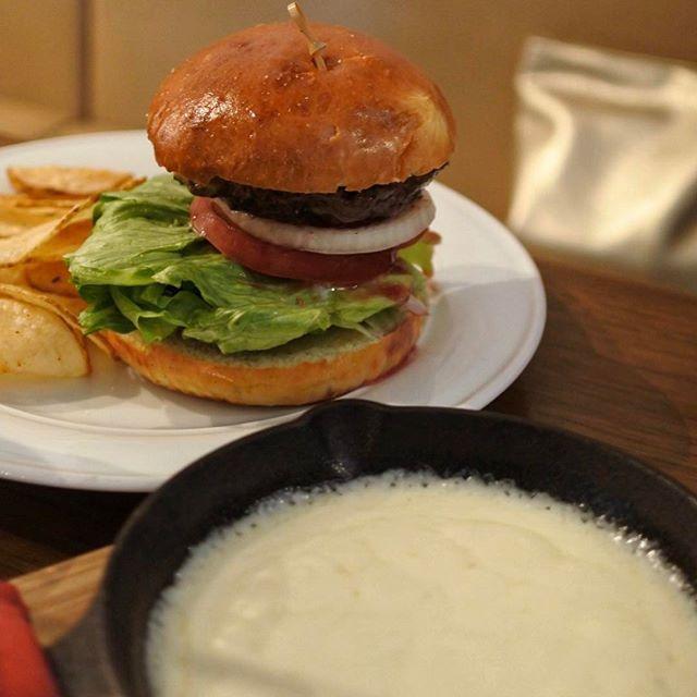 画像: ハンバーガーにトロトロチーズをディップして食べるのって美味い!! #チーズフォンデュバーガー !? #アメージングおすすめーじんく  #クロスロードベーカリー www.instagram.com