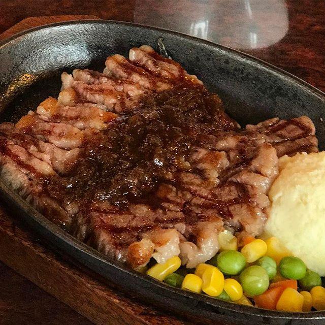 画像: 近江牛の霜降りを、花びらのように切れ目をら入れたステーキだから #近江牛花咲鉄板ステーキ ランチなんだとか! オニオンステーキソースがライスを掻っ込ませる!(笑) 京都の精肉 #やまなかや が手がける #近江牛 #肉バル 。 #登録有形文化財 #旧 ... www.instagram.com