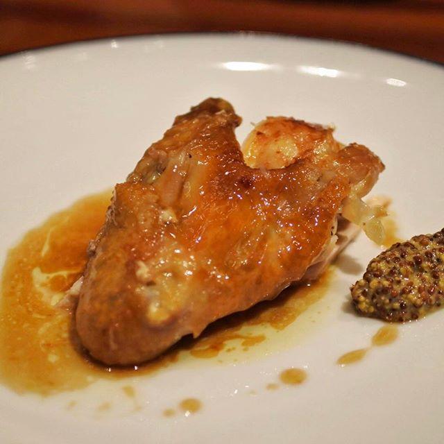 画像: #ルプーレブラッスリーうかい  #先ほど #ロティサリーチキン はまず胸肉から。とにかく柔らかい!そして香味野菜とハーブ、手羽の良い加減に甘いジュが鶏の旨味を引き立ててとても美味しい!マスタードの酸味ともバッチリ合う。これは並のロティサリーチキン屋 ... www.instagram.com
