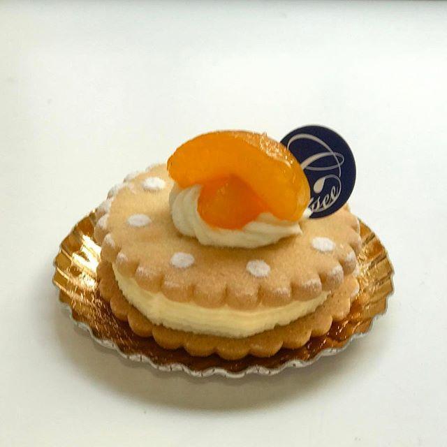 画像: #シシィ (エリザベート王妃)が愛したカフェとして知られるハンガリーの老舗 #ジェルボー 東京店のシェフを務められていた 柄沢シェフのパティスリー #ラクロワーゼ 。 #両国 #北斎美術館 近くにオープン。 これはボビンを模ったクッキーサンドのケー ... www.instagram.com