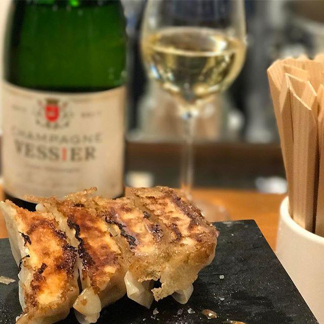 画像: 赤坂にも、大阪発のシャンパン&餃子の #スタンドシャン食 ができたよ〜 通いそう(笑) www.instagram.com