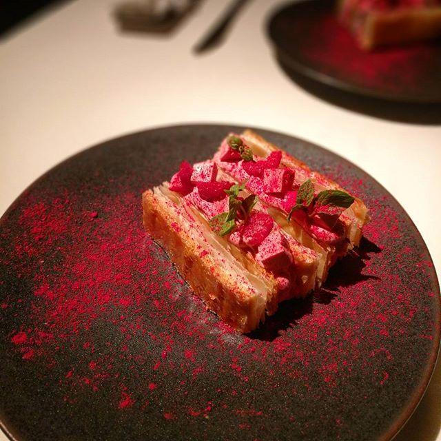 画像: デセールはピンクのガトー ミルフィーユ フランボワーズ!フィユタージュ アンベルセで極薄パリサク食感!軽やかで華やかで、添えられたパルフェがひんやり。#パリ咲く食感 (笑) #ミルフィーユ #gateaumillefeuille  #Lyla  # ... www.instagram.com