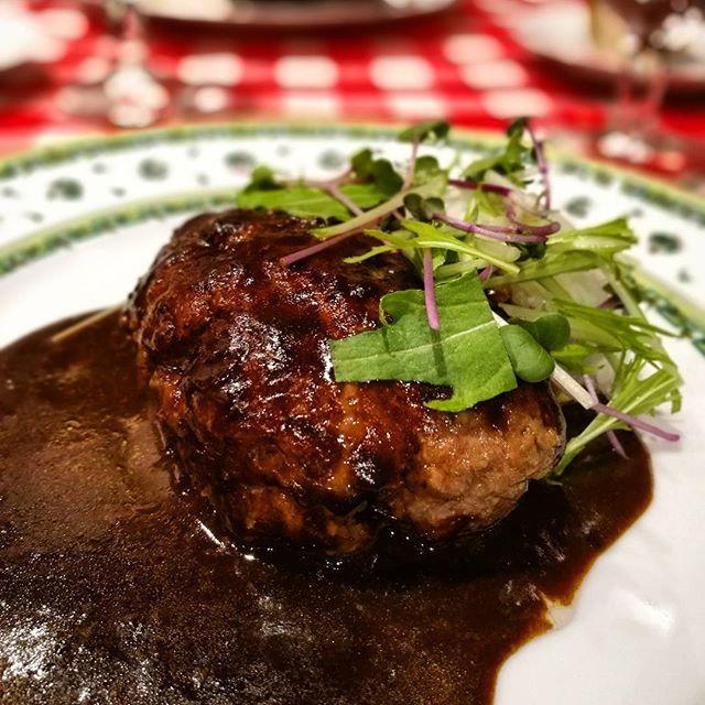 画像: #ビストロQ の#ハンバーグ といえばフォアグラ入りが有名だけれど、ランチメニューのフォアグラ無しミンチのみハンバーグも秀逸。肉肉しさにとデミグラスソースの濃厚さは、王道の美味しさ! #アメージングうめーじんぐ  #赤坂ランチ #honor8 www.instagram.com