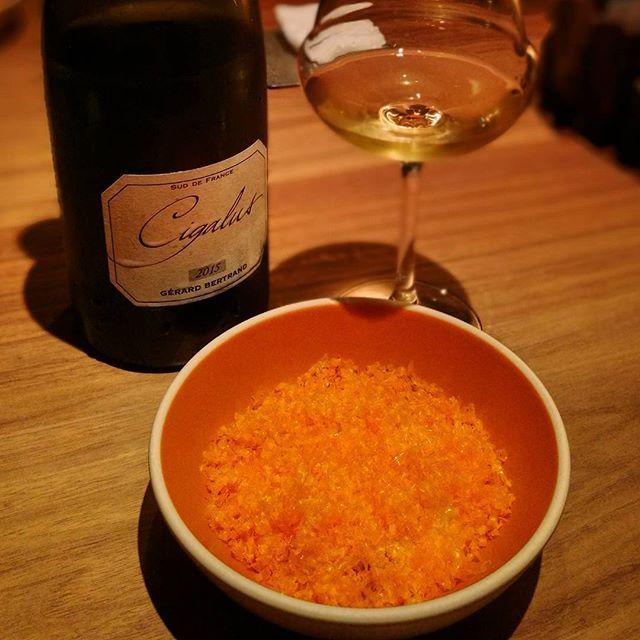 画像: 元カンテのクルーが立ち上げた新レストラン #crony で#dinner フレンチをベースに北欧テイストの シェフおまかせコースを提供。 ワインはお料理にあわせてバイザグラスでペアリングしてもらいました! このオレンジは乾燥させた卵黄をふりかけた、 ... www.instagram.com