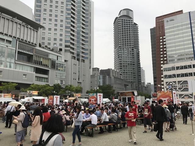 画像: 初日は平日ながら、昼から会場は大盛況 ! 味とコスパに厳しい大阪の皆さんも満足されていた模様!