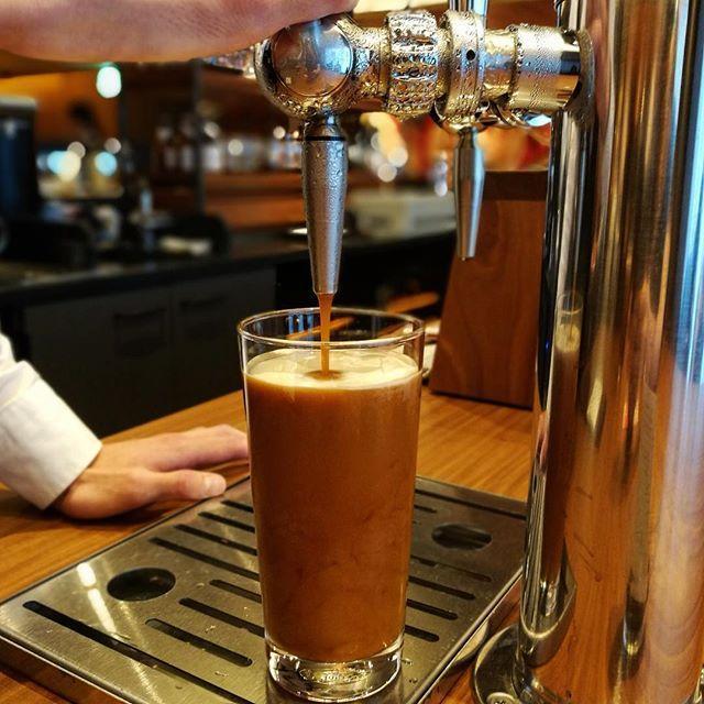 画像: 水出しコーヒーに窒素ガスを加えてサーブする #ナイトロコールドブリューコーヒー  独特のクレマがシルキーで、泡が混ざり合って濁りカスケード状態の時は、ブラックなのにクリーミー。落ち着くと味わいはスッキリ。氷がないから薄くならずに、でも冷たいままキー ... www.instagram.com