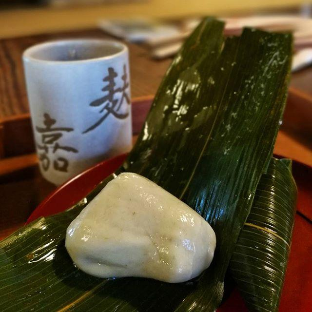 画像: 京都は猛暑ながら、生麩屋さんの #麩嘉 の現当主 小堀さんに話を訊きに。 創業はゆうに200年を越えるというのは、建物が蛤御門の変で建物が焼けてしまい、再建したという事実があるからという、なんとも老舗らしい話を聞きながら、#麩饅頭 を香ばしい冷たい ... www.instagram.com