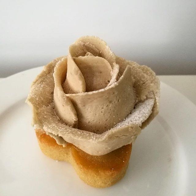 画像: 薔薇の花弁に包まれた栗の秘め事。 エロい(笑) #和栗モンブラン #モンブラン #鎌倉ニュージャーマン www.instagram.com