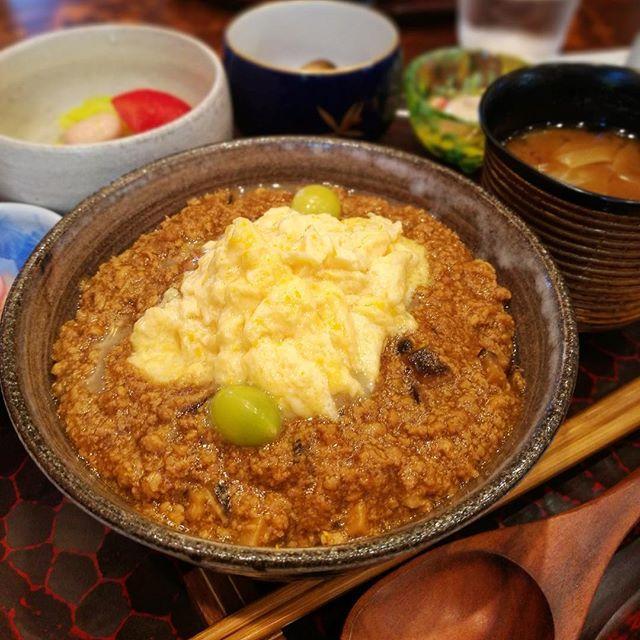 画像: #ティーサロン鎌倉山倶楽部 は京都の老舗割烹で5年和食料理人として修行した異色パティシエがいる。その片鱗が見えるのがランチメニューの 週替わり 京風ランチ 。 今週は、出汁の効いた鶏そぼろとフワトロ玉子の親子丼。甘い半熟玉子の親子丼が喜ばれるご時世 ... www.instagram.com