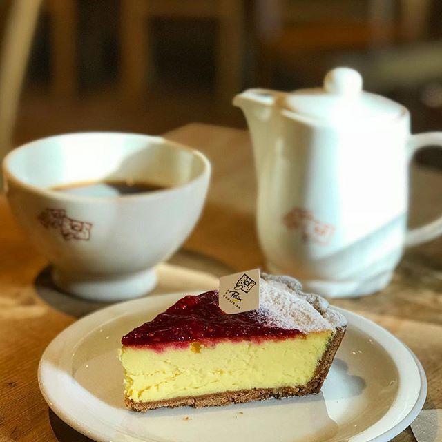 画像: ニューヨークチーズケーキって、たまに無性に食べたくなる。ラズベリージャムとしっかり甘めのチーズケーキが、俺を満たしてくれる! #ルパンコティディアン  #ニューヨークチーズケーキ #チーズケーキ www.instagram.com