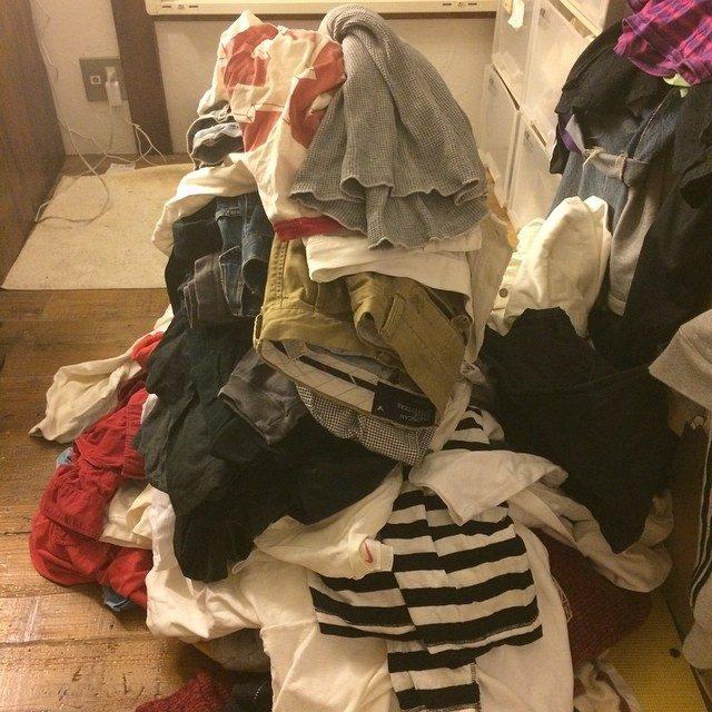 画像: オジサンは突然洋服を捨てる作業にはいりました!
