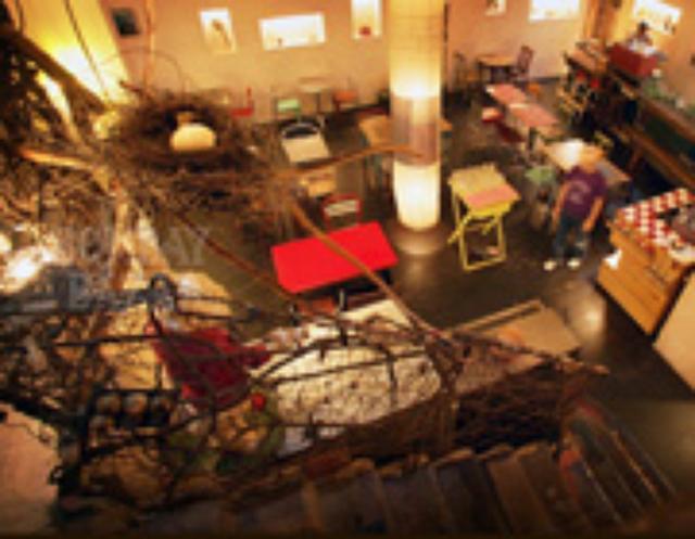画像: ボンベイバザーのHPから。 地下に広がる広い店内。 雰囲気もまさに隠れ家のよう。 www.bombaybazar.jp