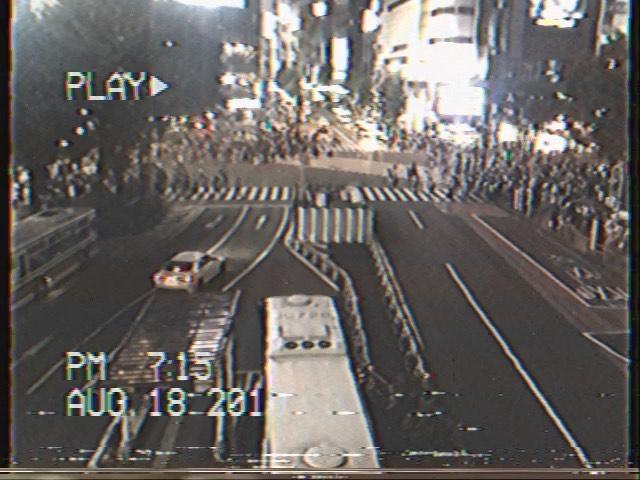 """画像1: Aki Imai (今井安紀) on Instagram: """"1999年かな? 『VHS CAM Lite - THE ORIGINAL』で渋谷スクランブル交差点撮ったら現代っぽさ一気に消えた件。 ズームなんかも使えちゃいますがガッサガサ。でもそこがレトロでまた面白い。  #app #appreview #vhscam…"""" www.instagram.com"""