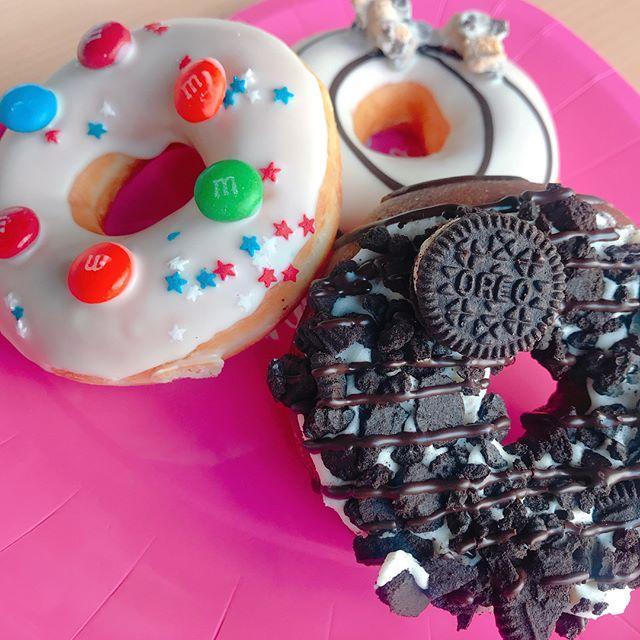 画像: 昨年も大好評のクリスピークリームドーナツ×アメリカンスイーツブランドの夢のコラボが再び! ♡「M&M'S®︎」♡「OREO®︎」♡「HERSHEY'S®︎」 あなたはどれがお好み?☞スワイプしてね! #クリスピークリームドーナツ  #krispyk ... www.instagram.com