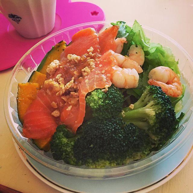 画像: オーガニック新鮮野菜買ってきた。 #新鮮野菜 #オーガニック #スモークサーモン #緑黄色野菜 #かぼちゃ #salad #パンプキン  好きすぎて困る。野菜の苦味最高上がる⤴︎⤴︎ 野菜さまありがと instagram.com