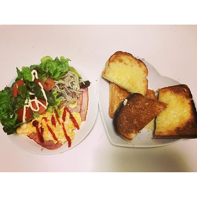 画像: おはよ☀︎ … パン少し焦げちゃった☹笑 ・ ・ 今日は、10㌔Runをするので、メープルふんだんに使ってのトースト ・ ・ チーズとメープルのトーストが最高に美味しい✧✧ ・ 沢山食べて、沢山運動 ・ # #tosuto  #maplesiroo ... www.instagram.com