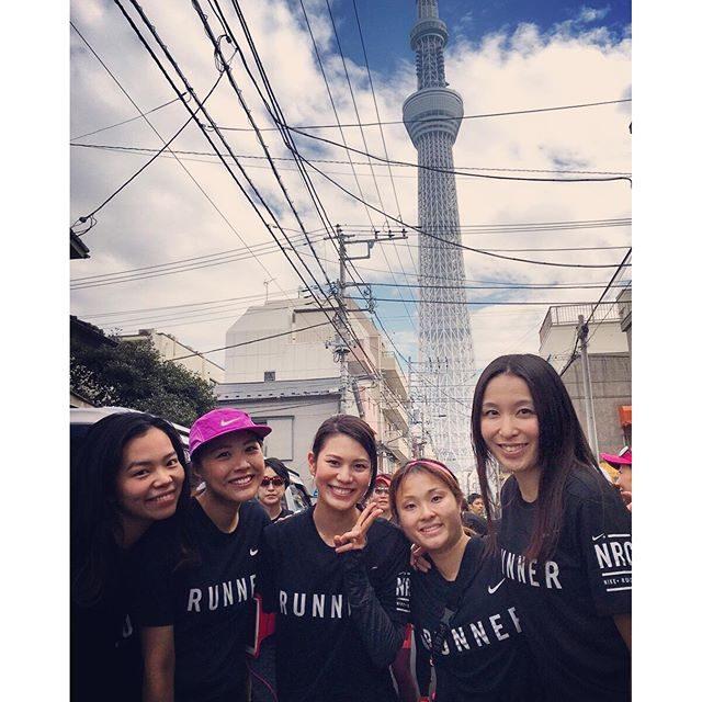 画像: 初めて生でスカイツリーを見たのと、昨日10㎞走りながら、色々な場所を走りたくなりました  あゆみさんコトあゆちゃそから写真頂いた そう、便乗記念写真。 一緒に皆さん撮ってくれてありがとうございます  ハーフマラソン日本一決定戦、清水美穂選手優勝おめ ... www.instagram.com