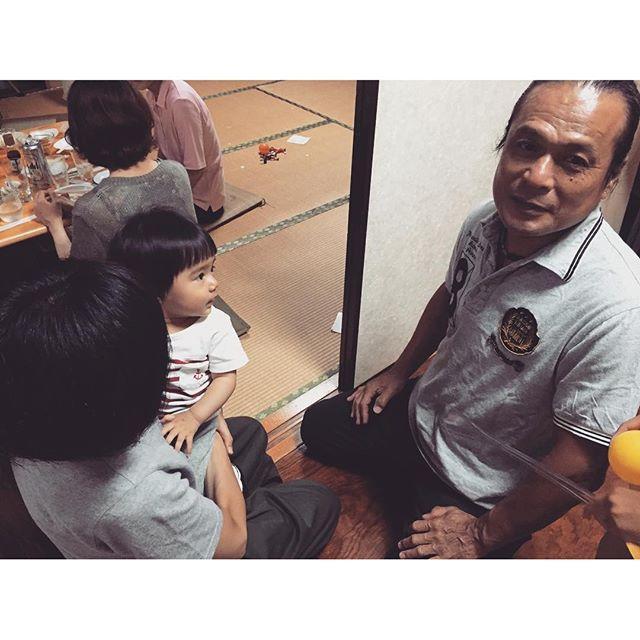 画像: 姪っ子にメロメロな父 #メロメロ #黒い #サーファー #波乗り #還暦 #60歳 #オールバック #時代 #海好き家系 www.instagram.com