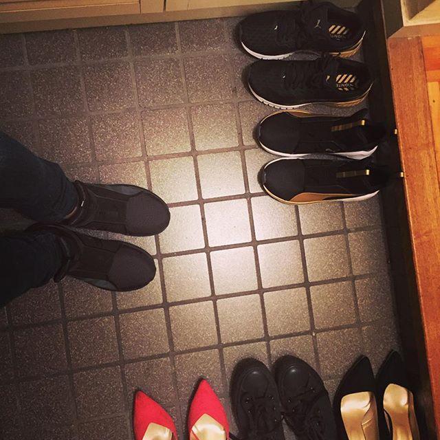 画像: 本日もお疲れ様でした。 やっと家についてホッと✌︎一息。  最近、毎日PUMAシューズ  もう、手放せないフィット感✨ 全体的な黒い服、靴が多いと 帰宅して思った。。 #一人暮らし #よく使う  #シューズ達 #お気に入り #シューズ #puma www.instagram.com