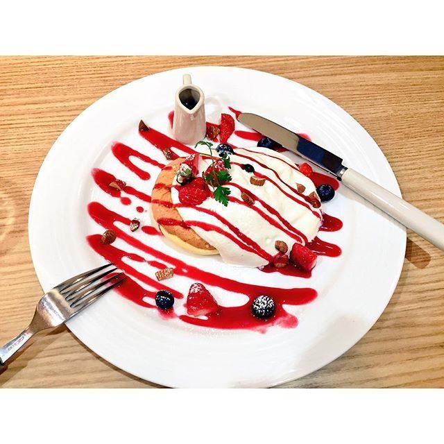 画像: ✳︎ 正解は! 苺が美味しいところだよー♡ 今週はゆっくりします♪  さっそくパンケーキ*\(^o^)/* #maami #me#pancake #pancakes #OMS #福岡 #instapic #instagood #instagram  ... www.instagram.com